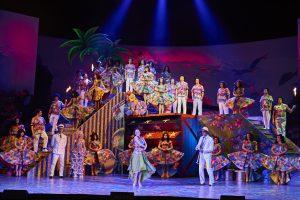 """Großes Ensemble, große Finali: Paul Abrahams """"Blume von Hawaii"""" scheut keinen Aufwand. Foto: Björn Hickmann, Stage Picture"""
