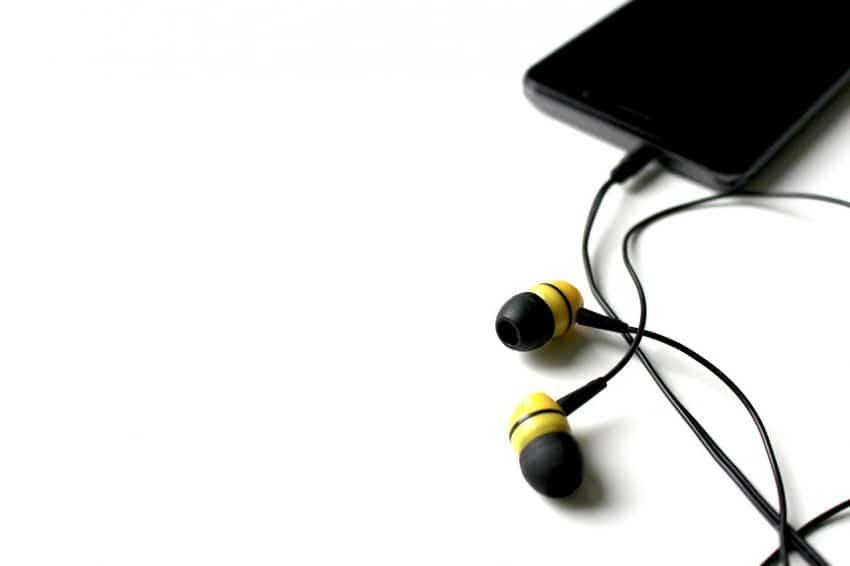 Fone de ouvido intra-auricular conectado ao celular.