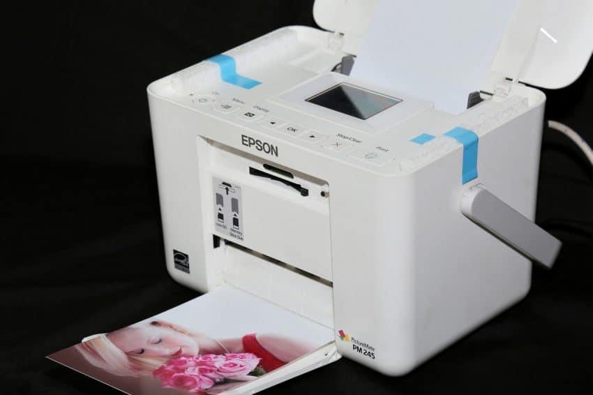 Imagem mostra uma impressora Epson imprimindo uma imagem colorida de uma mulher.