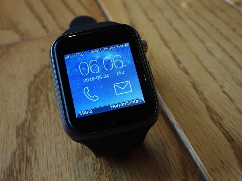 Imagem mostra smartwatch sobre mesa ligado.