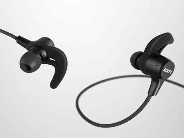 Imagem mostra fones de ouvido para corrida da marca Aukey.