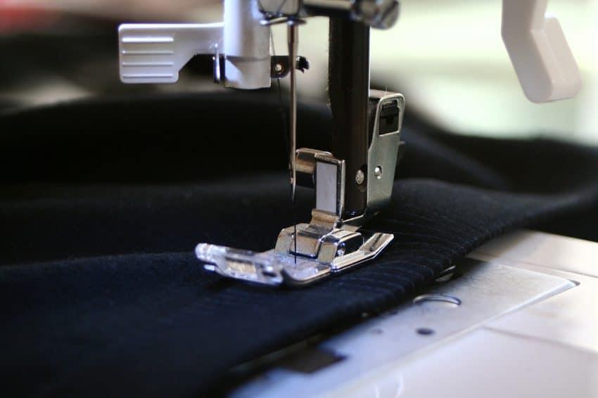 Imagem mostra uma máquina de costura.