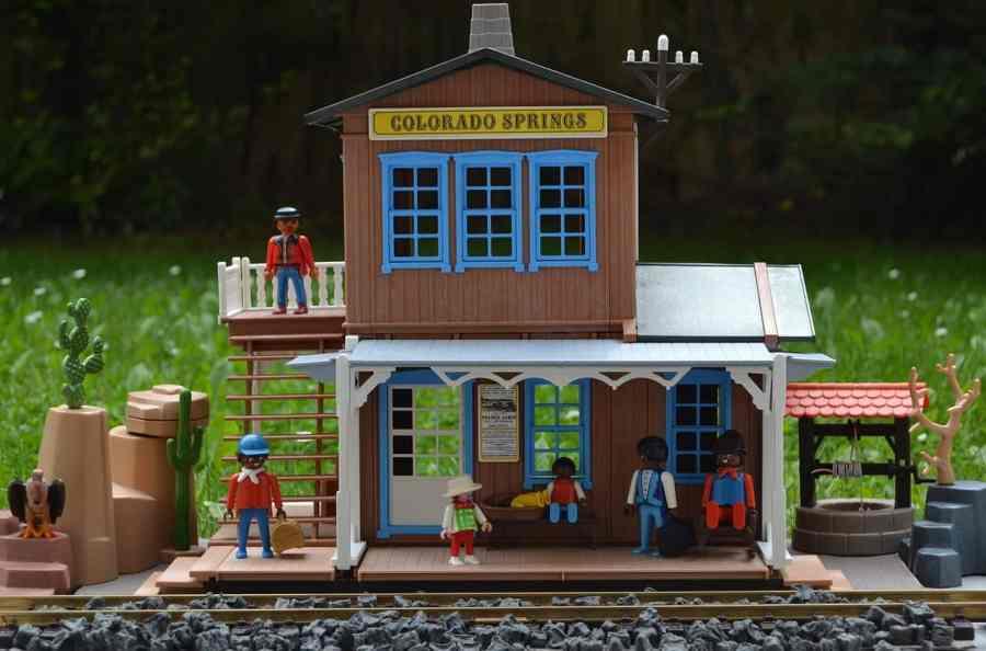 Imagem de um brinquedo com temática de Velho Oeste.