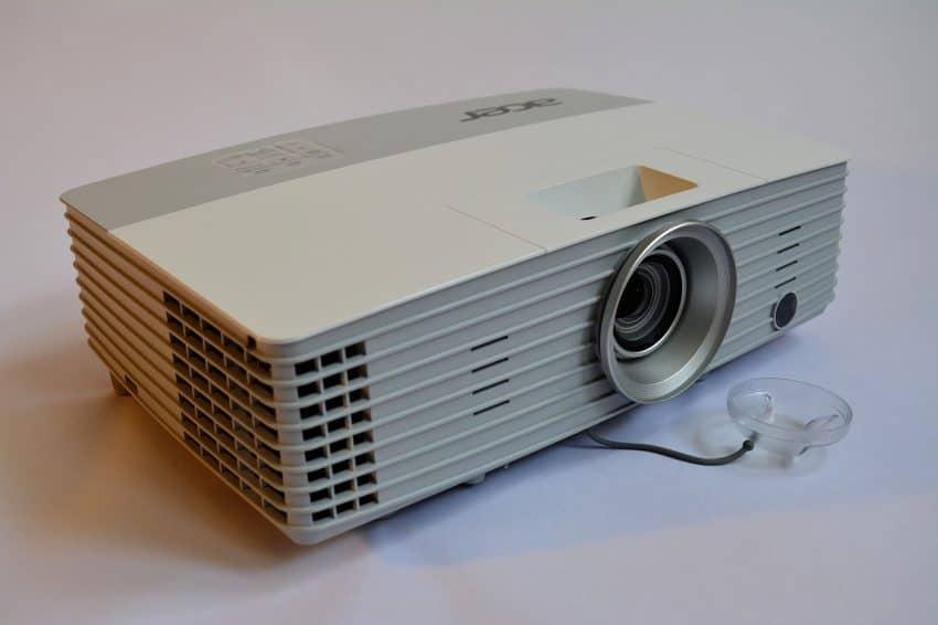 Imagem de projetor sob superfície branca.