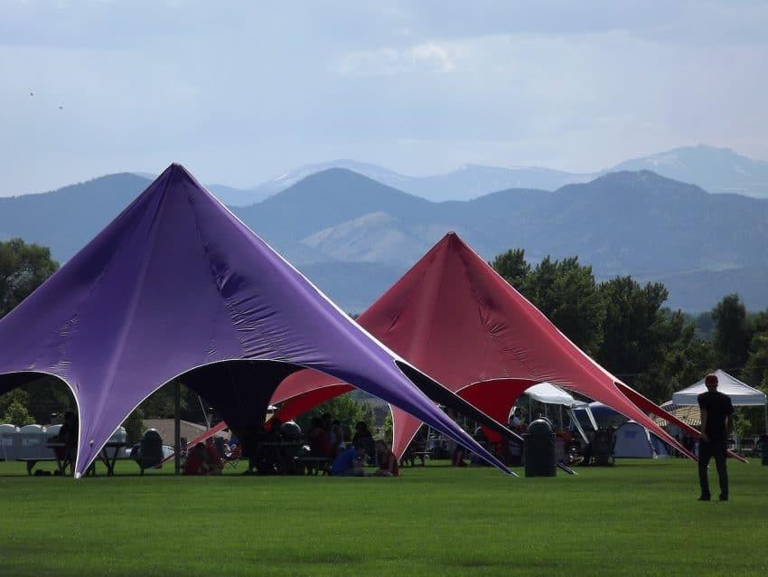 Imagem de duas tendas grandes.