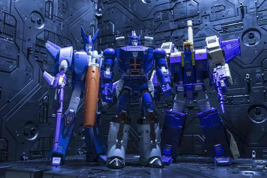 Imagem mostra três exemplares de robôs Transformers lado a lado.