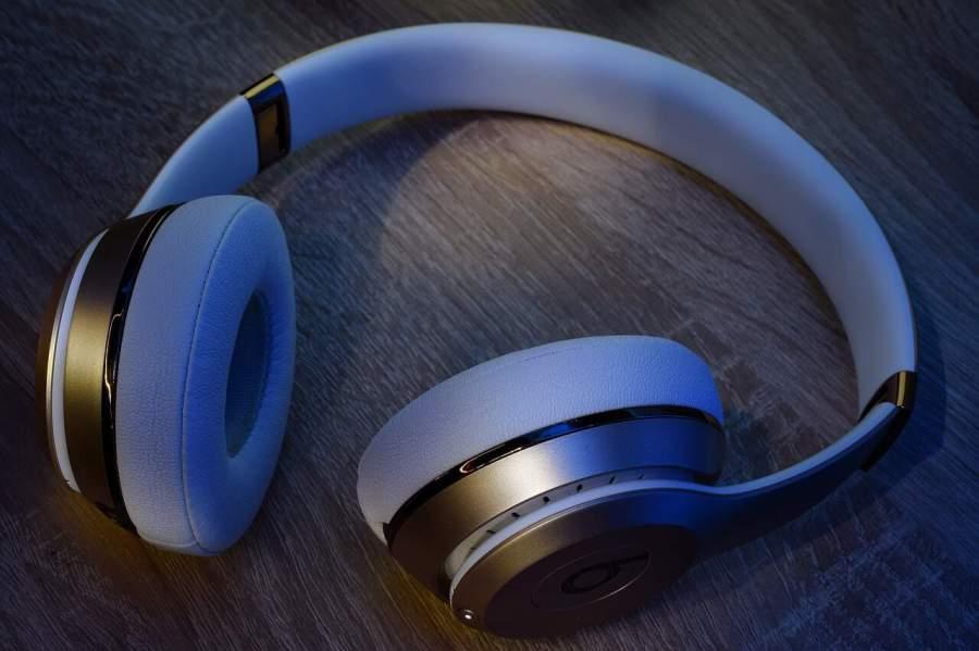 Imagem mostra fone de ouvido circo auricular cinza sobre mesa.