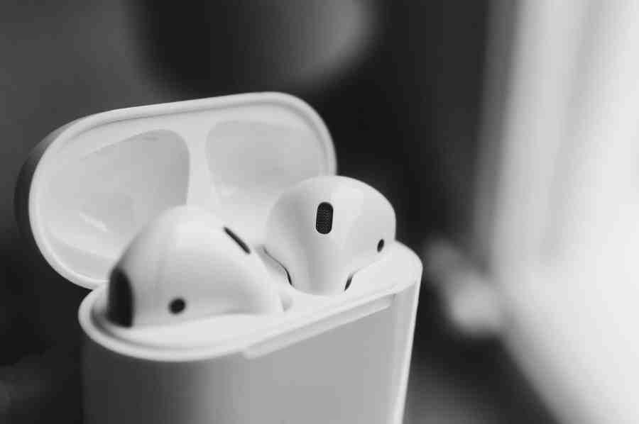 Imagem de fones de ouvido sem fio brancos dentro de caixa.