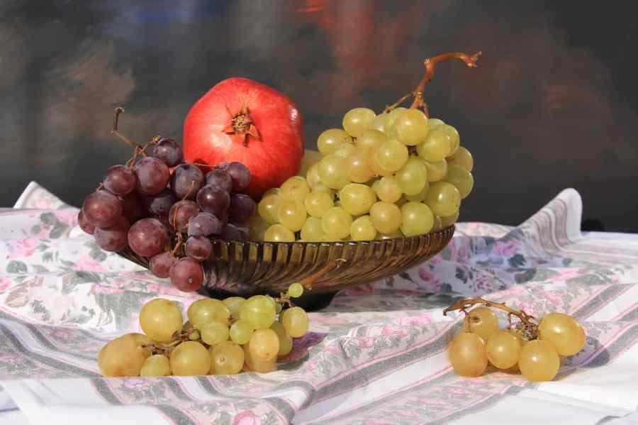 Imagem de fruteira com frutas.