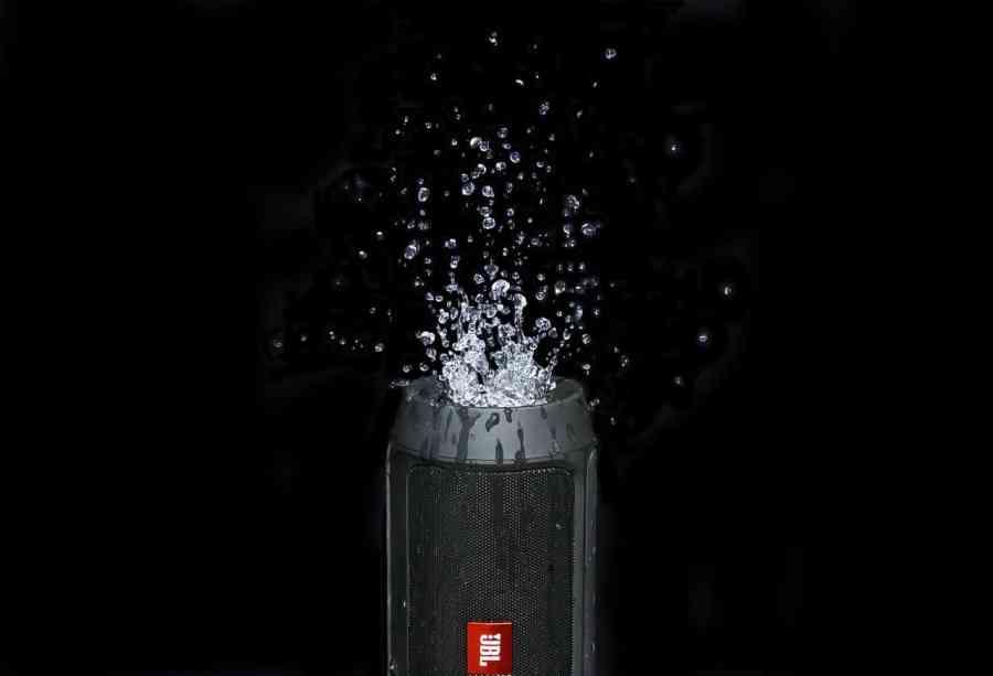 Imagem de uma caixa de som da JBL molhada.