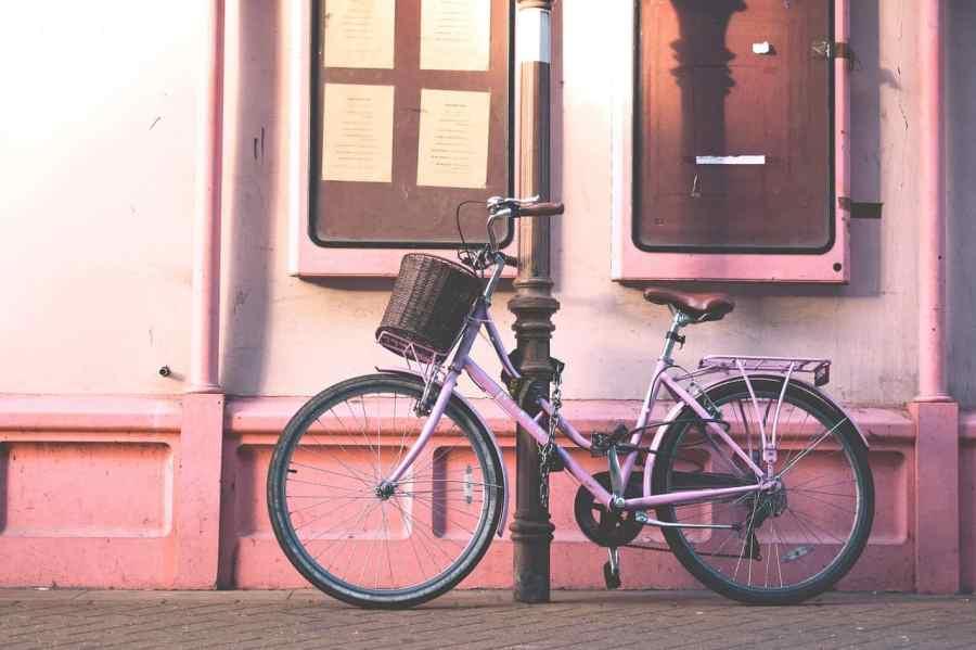 Bicicleta com cadeado de corrente.