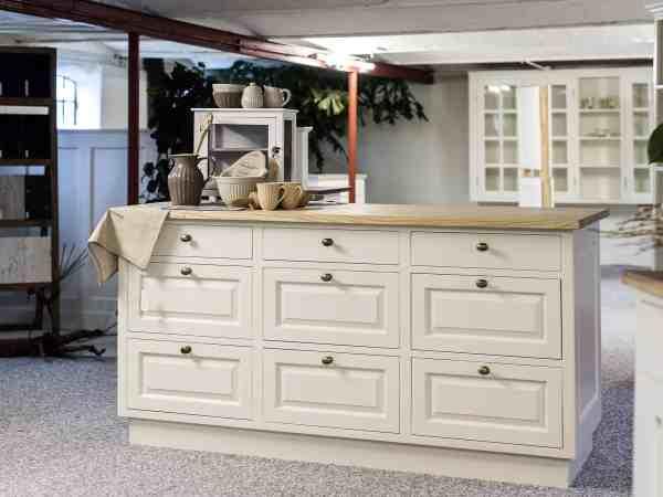 Imagem de um gaveteiro branco de madeira.