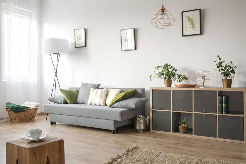 Imagem de luminária branca em sala de estar.