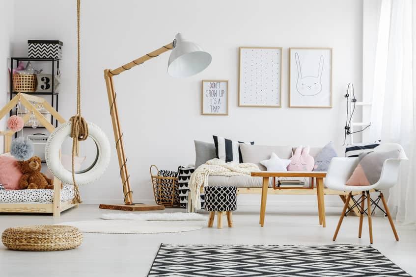 Luminária de chão com haste de madeira em quarto de criança.