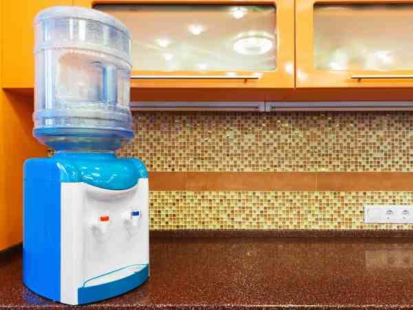 Bebedouro de água na bancada da cozinha.