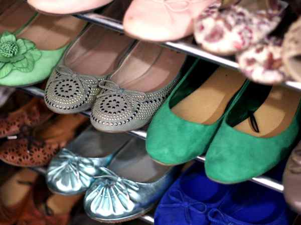 Sapatos femininos em uma sapateira.