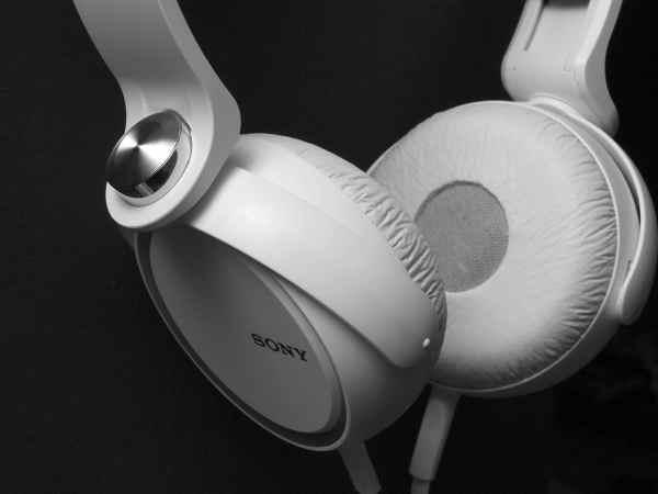 Na foto um fone de ouvido supra-auricular Sony branco em um fundo preto.