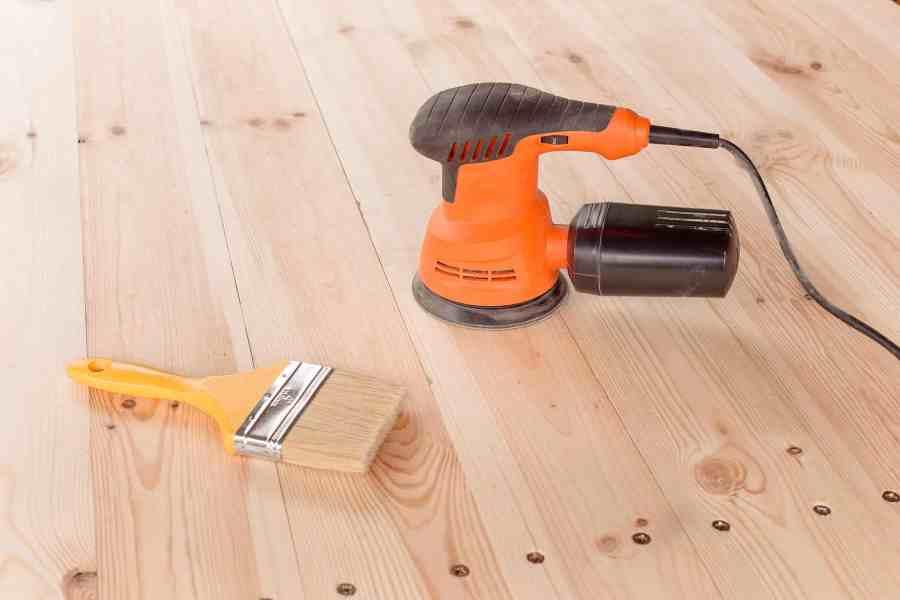 Imagem de lixadeira sobre superfície de madeira.