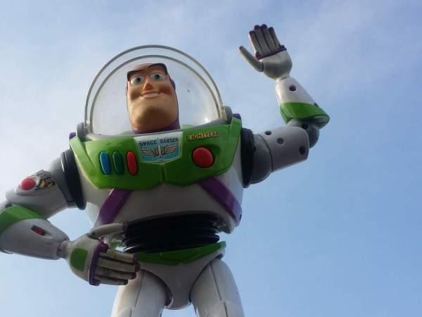 Na foto um boneco do Buzz Lightyear.
