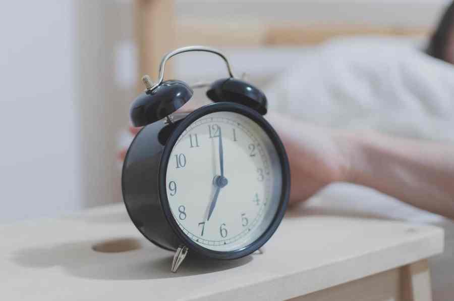 Imagem de um relógio analógico.