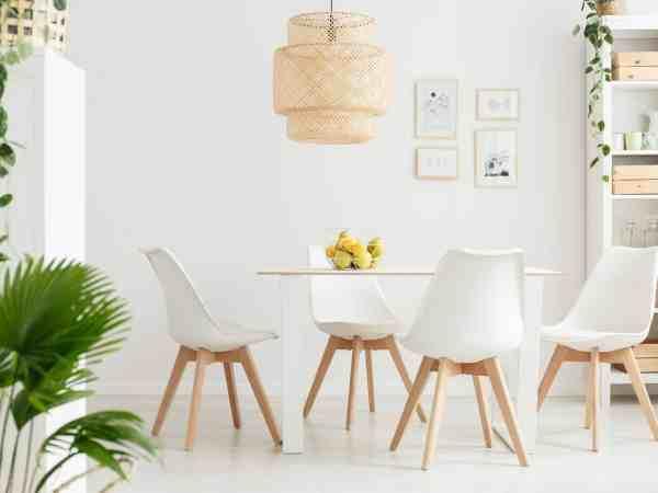 Imagem de um conjunto de mesa com quatro cadeiras.