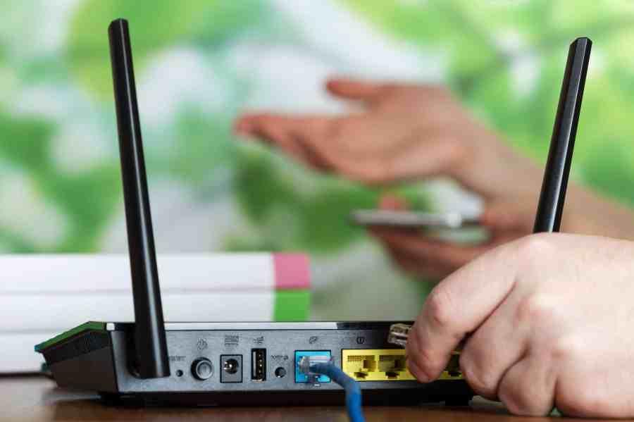 Imagem de pessoa instalando um roteador.