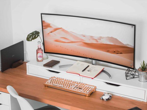 Imagem de um monitor curvo.