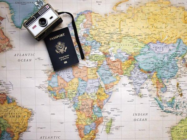 Mapa, com máquina fotográfica e passaporte.
