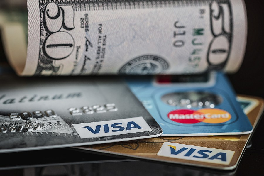 Cartões de crédito com bandeira Visa e MasterCard.