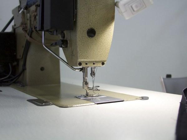 Imagem mostra mesa com encaixe para máquina de costura
