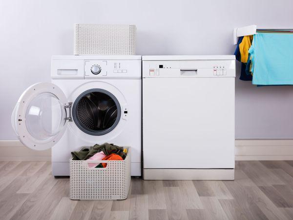 Imagem de uma lavadora ao lado de uma centrífuga de roupas.