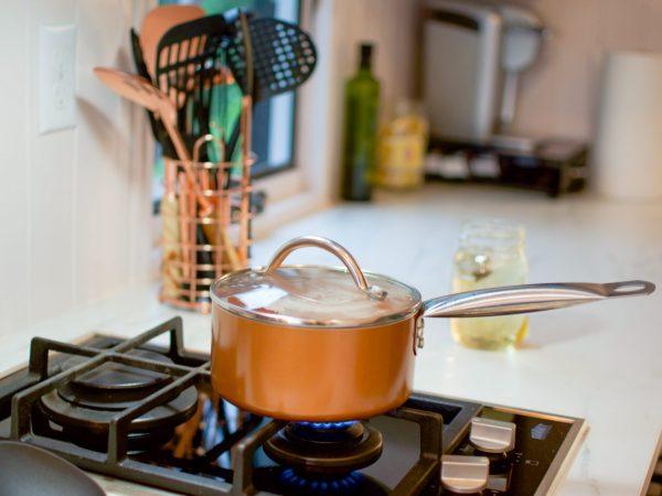Panela com tampa de vidro sobre chama no fogão