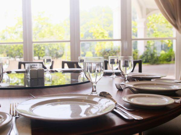 Imagem de um prato giratório de mesa.