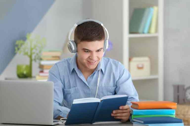 Ragazzo che legge e ascolta la musica