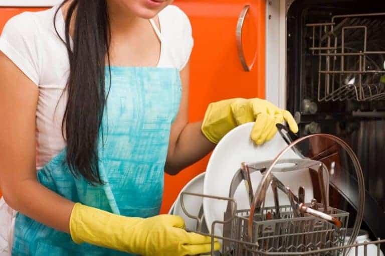 Donna che usa la lavastoviglie