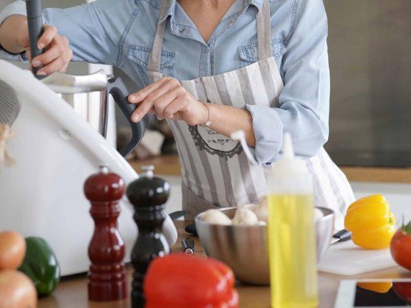 Donna che usa un robot da cucina multifunzione