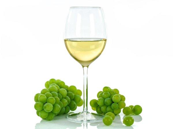 Bicchiere di vino bianco e uva