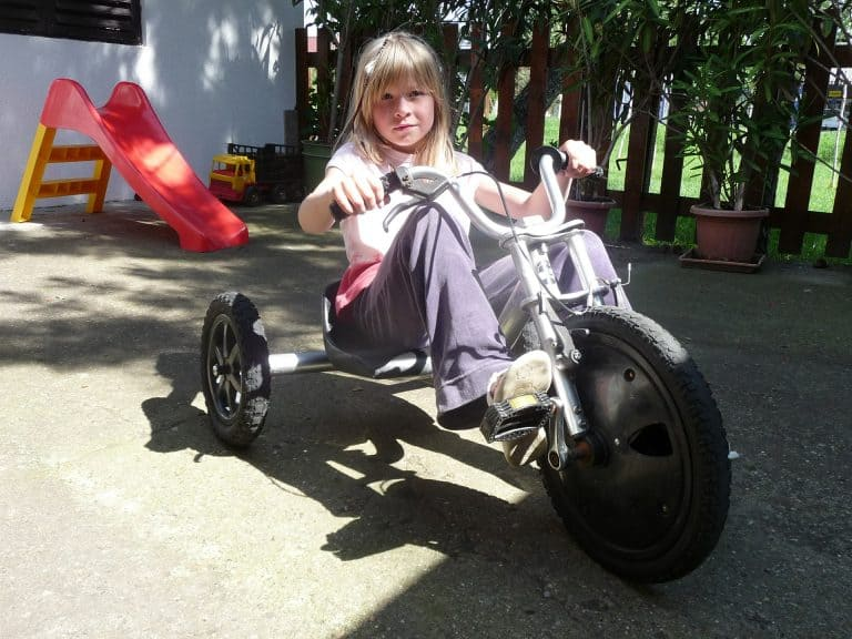 Bambina su un triciclo