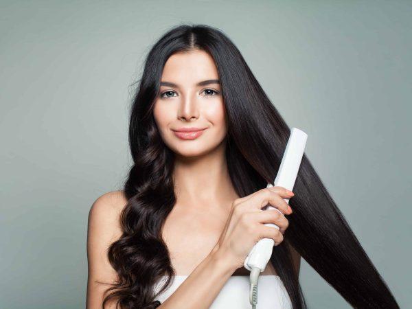 Donna che si piastra i capelli