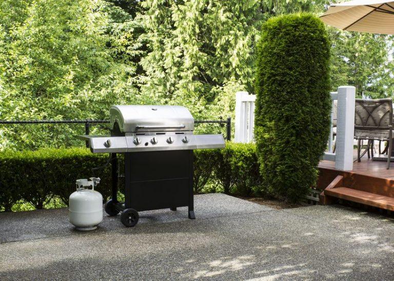 Un barbecue a gas con la bombola vicino
