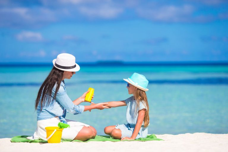 Madre e figlia che si mettono la crema solare