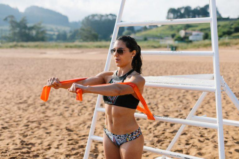 Donna che si allena con fascia elastica arancione