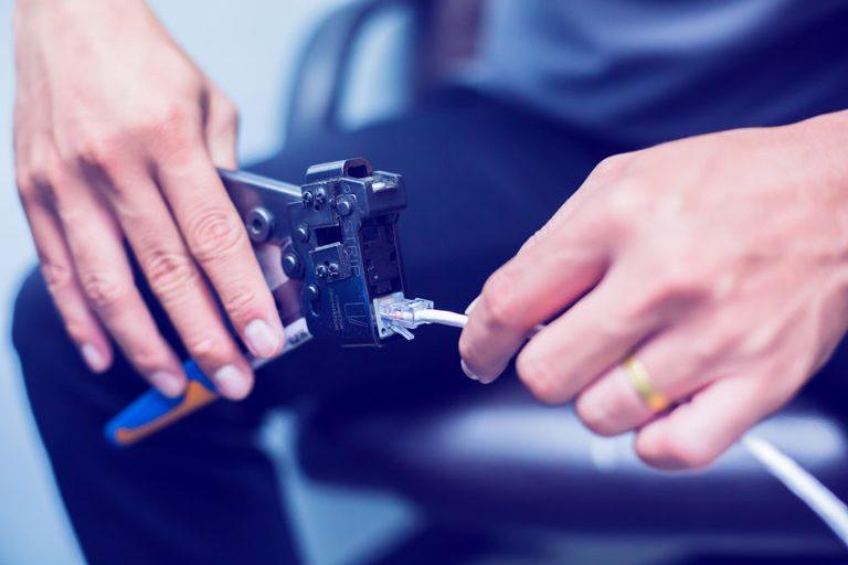 Elettricista che usa la pinza crimpatrice