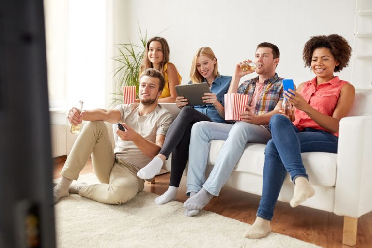 Gruppo di persone davanti alla TV