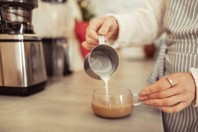 Latte versato per un cappuccino