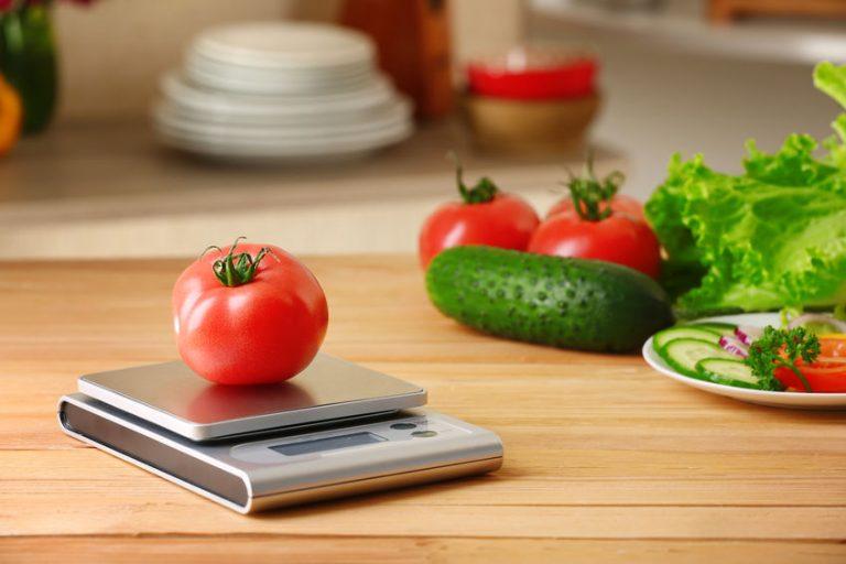 Bilancia da cucina con un pomodoro sopra