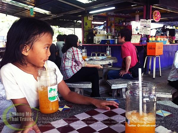 น้ำส้มสวนสุขภาพและลูกชิ้นทอดร้านป้าน้อง