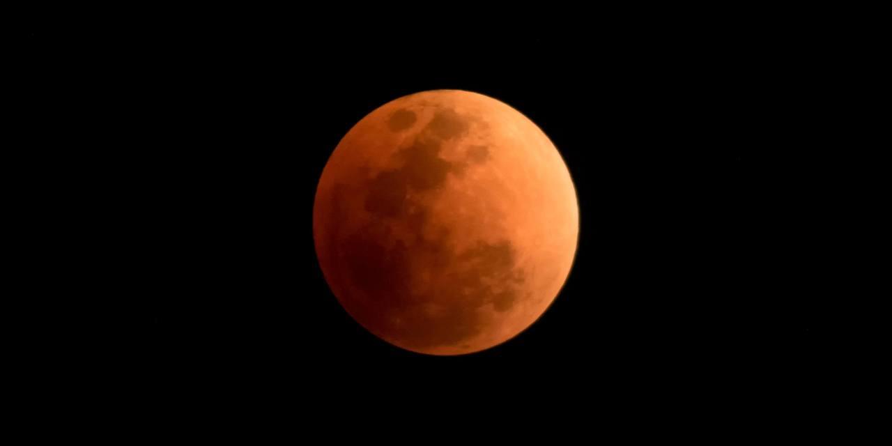 พระจันทร์สีเลือด ในรอบ 152 ปี ถ่ายจากจุดชมวิวทางขึ้นดอยสุเทพ