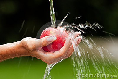 The Best Way To Wash An Apple