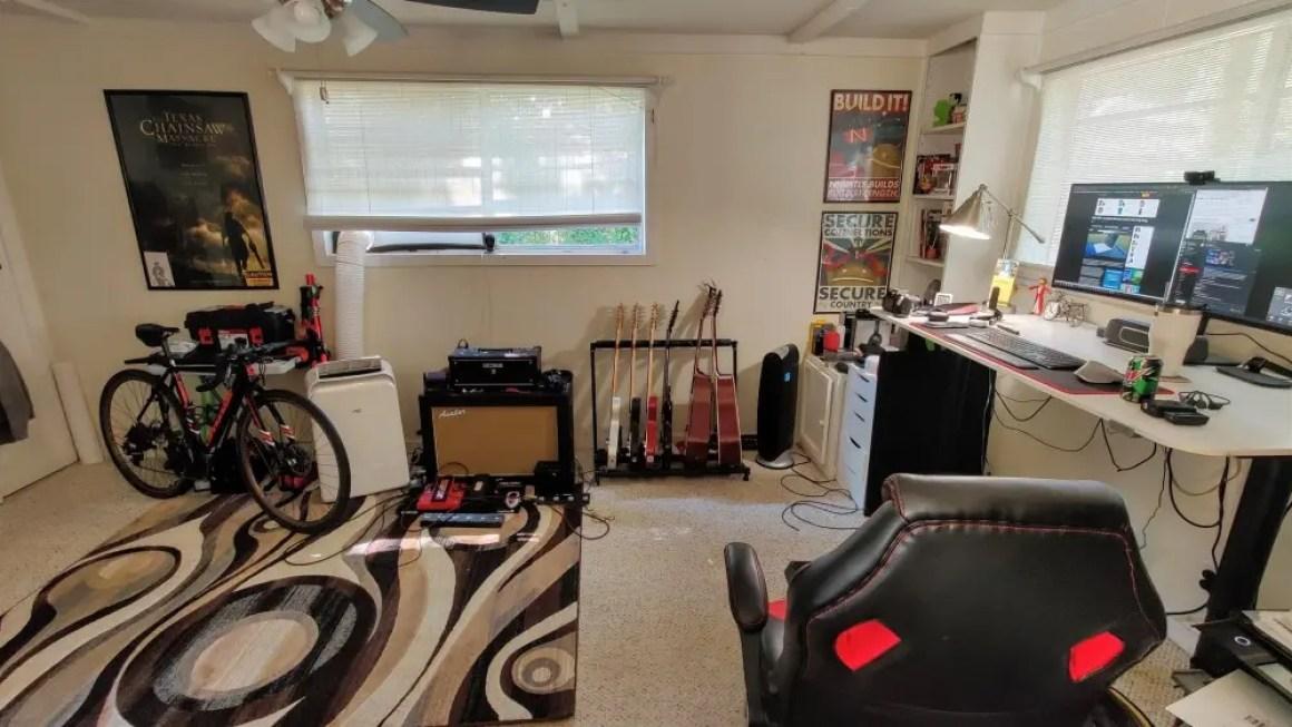 Вид сбоку большей части моего домашнего офиса